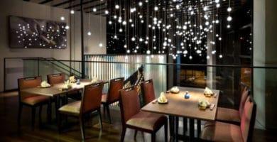 Restaurante decorado con luces